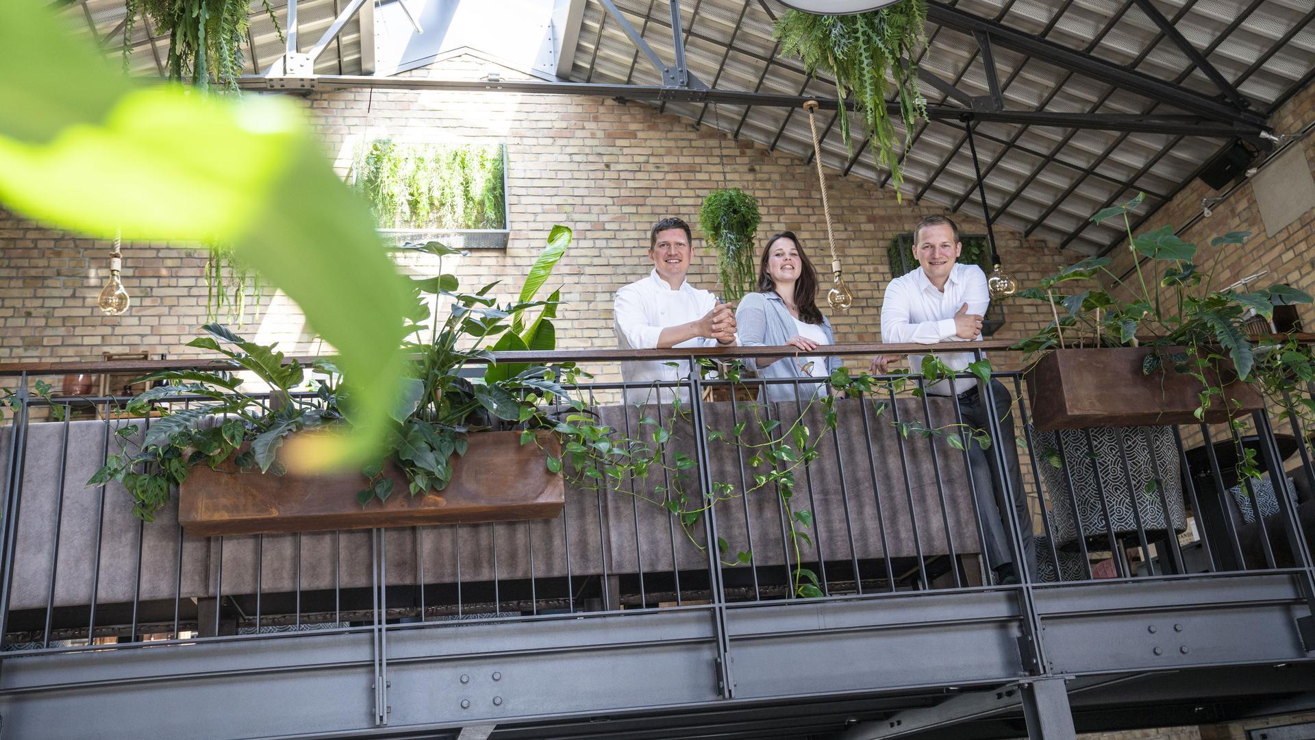 """Sven, Lisa und Chris Hemmann auf der Empore ihres Restaurants """"Kesselhaus"""""""