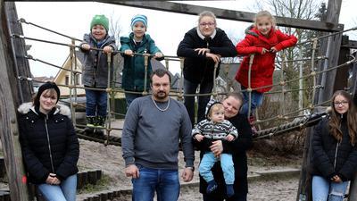 22.12.2020  Familie Heß auf dem Raketenspielplatz in Hagsfeld, vorne von links Janine (17), Vater David Heß, Mutter Nicole Heß mit Lian (eineinhalb Jahre), Melina (14). Oben von links Ruwen (4), Ryan-Luca (6), Marissa (12) und Josephine (8).