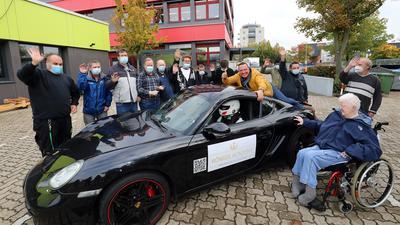 Der ehemalige Hollywood-Stuntman Marko König aus Karlsruhe besucht mit seinem Rennfahrer Miklas Hirche und dem Porsche einen Tag nach dem neuen Weltrekord Menschen mit Behinderung von den HWK in Hagsfeld.