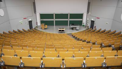 Ein leerer Hörsaal an einer Universität. Wegen Corona findet das Studium zu Großteilen als Homeschooling statt.