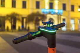 Stehen auch nachts wieder zur Verfügung: Die E-Scooter von vier verschiedenen Anbietern können in Karlsruhe wieder rund um die Uhr genutzt werden.