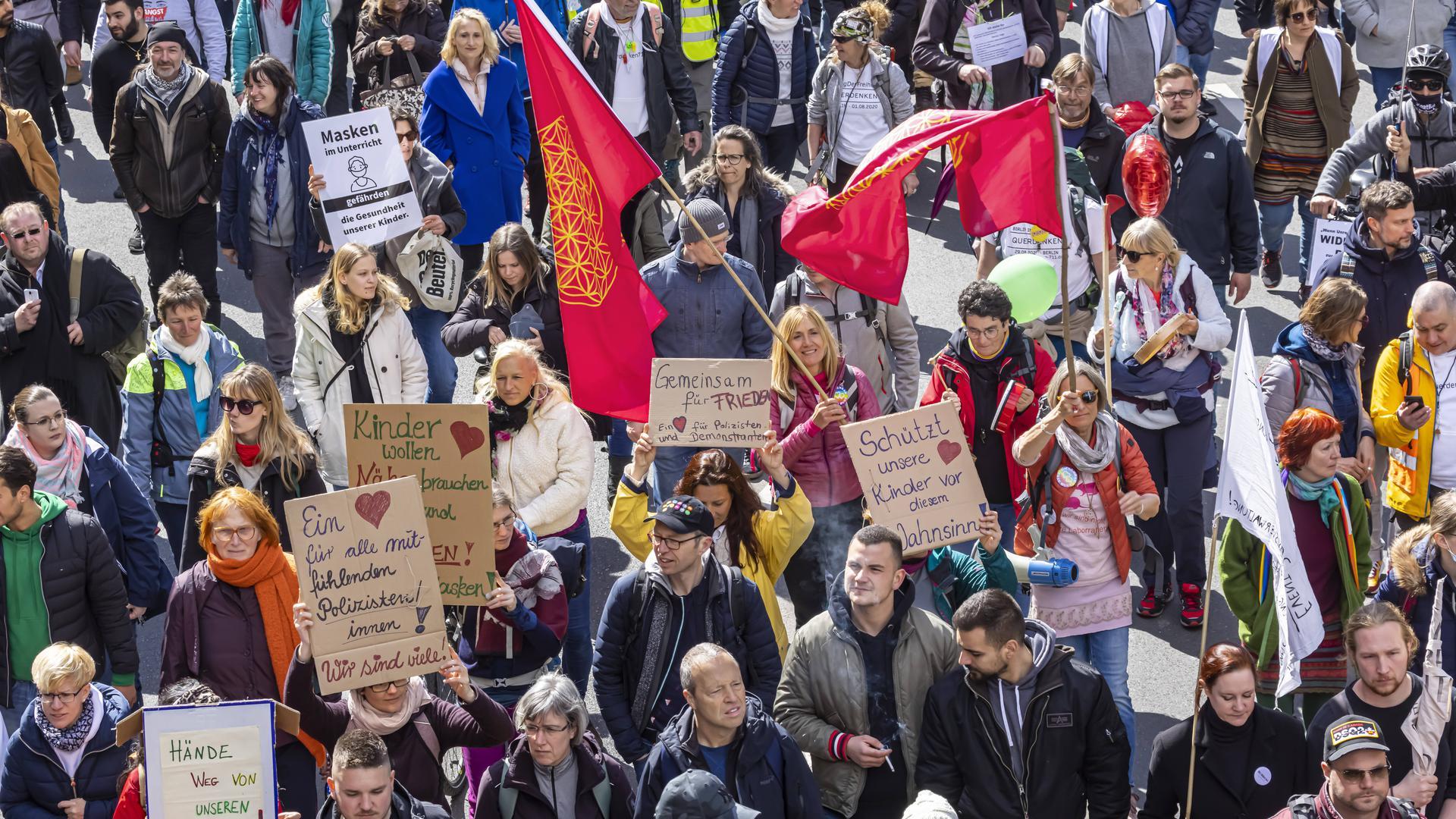 In Stuttgart hatten an Karsamstag mehrere tausend Querdenker gegen die Corona-Maßnahmen demonstriert, viele davon ohne Abstand oder Maske.