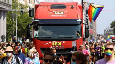 Party mit Parade-Trucks: So ähnlich wie hier beim Christopher Street Day in Berlin hätte die Karlsruher Willy-Brandt-Allee am Samstag aussehen können.