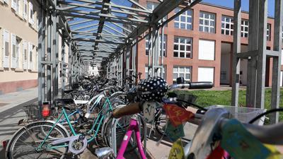 30.03.2021 Überdachter Fahrradparkplatz bei der Badischen Landesbibliothek (BLB) zwischen Erbprinzenstraße und Blumenstraße
