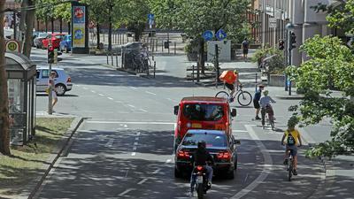 Fritz-Erler-Straße mit Radweg und Autostreifen