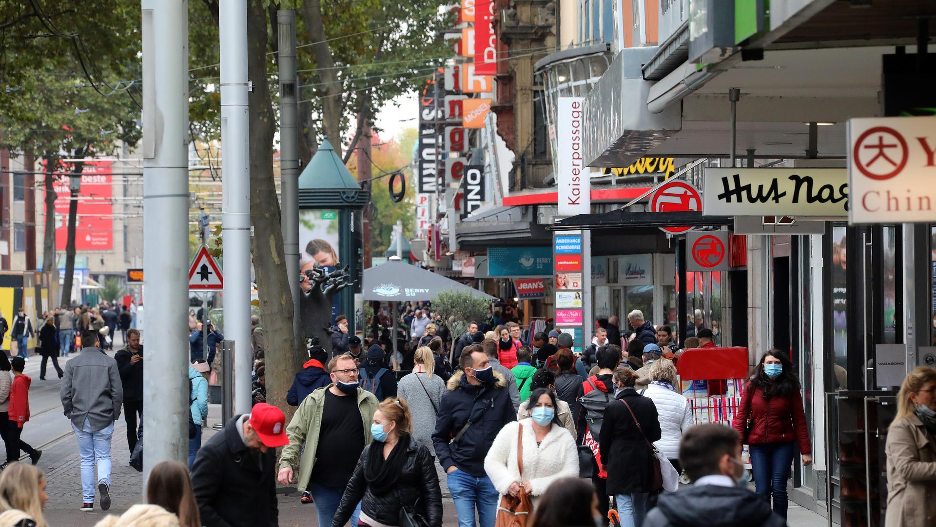 17.10.2020 Menschen mit und ohne Maske in der Kaiserstraße in der Innenstadt Karlsruhe