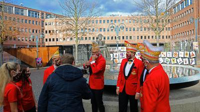 4.11.2020 Dreharbeiten am Narrenbrunnen, in der Mitte Michael Maier, Präsident des Festausschusses Karlsruher Fastnacht (FKF).