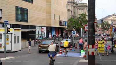 Ein erster Pop-Up Radweg entstand am Samstag in der Karlstrasse zwischen Europaplatz und Stephanienstraße.