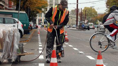 22.10.2020 Markierungsarbeiten separate Radspur in der Baumeisterstraße, Blickrichtung Ettlinger Straße