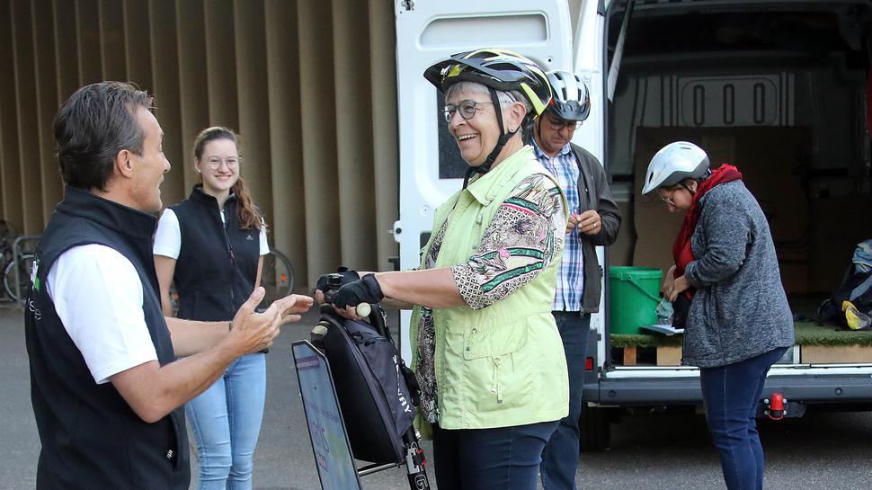 Segway-Tour durch den Zoo: Beate Huck steigt zum ersten Mal auf einen Segway, assistiert von Jürgen Reiss, dem Chef von Cityseg. Zwischen beiden steht Annika Klöpfer, ebenfalls von Cityseg.