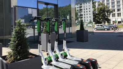 Erste Leih-E-Scooter des Anbieters Lime stehen am 31. Juli 2020 an der Einmündung der Baumeisterstraße in die Ettlinger Straße. Nicht weit entfernt sind gleichzeitig weitere dieser grün-weißen Modelle positioniert, etwa neben der Feuerwehr-Hauptwache an der Ritterstraße sowie gegenüber dem Hauptbahnhof Karlsruhe am südlichen Ende der Bahnhofstraße.