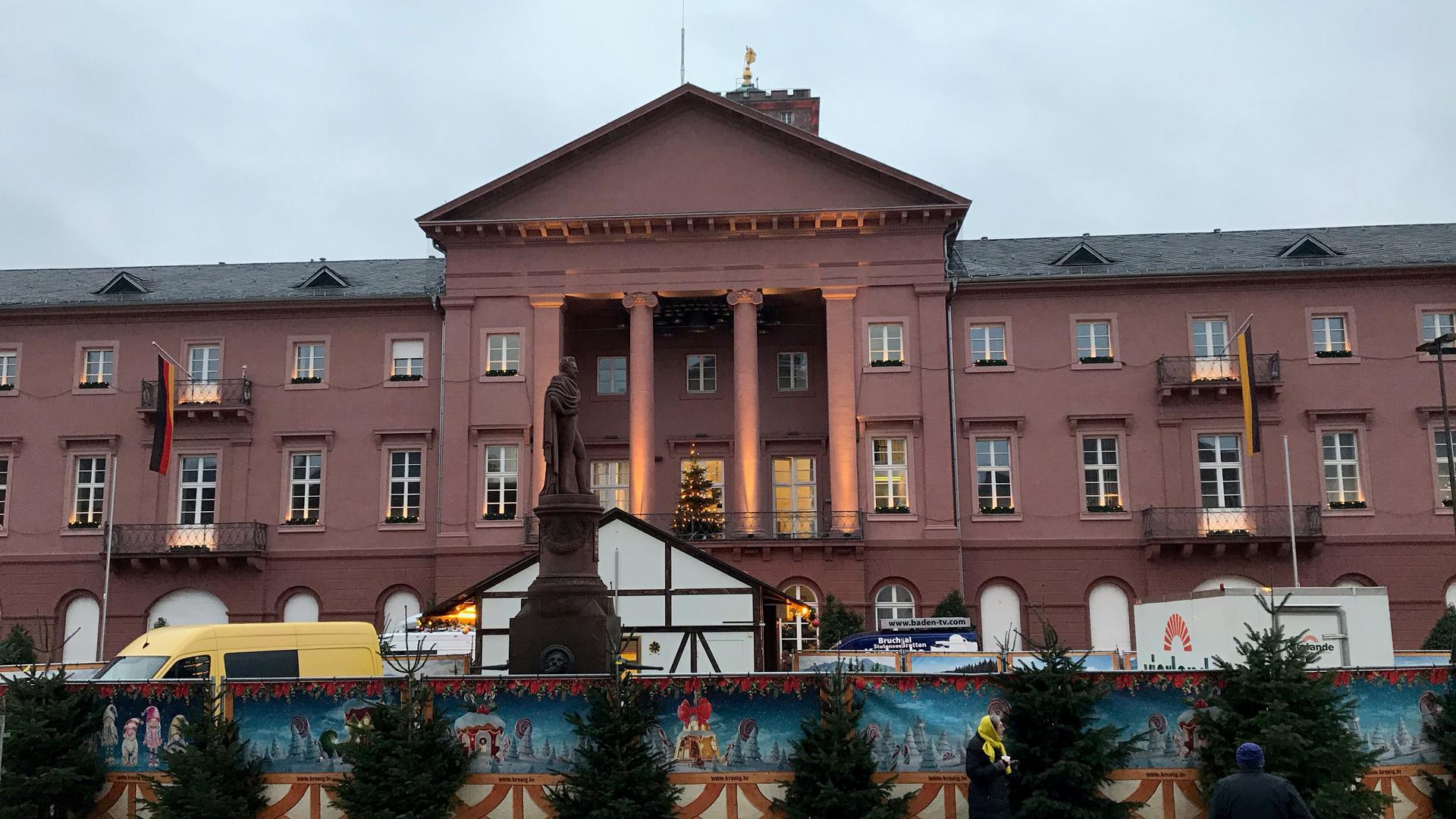 Die Fassade des Rathauses in Karlsruhe, davor Weihnachtsmarkt-Buden, in der Corona-Zeit.