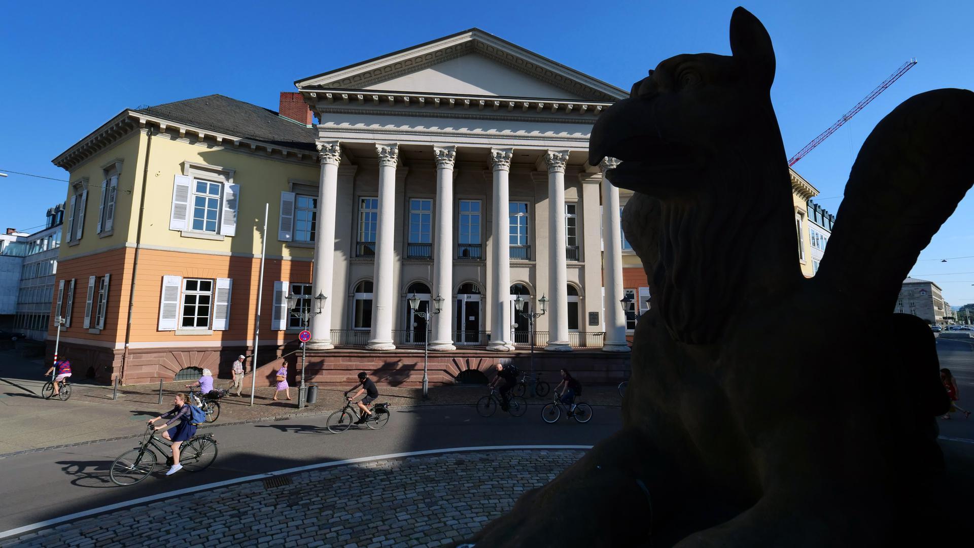 Blick auf das Markgräfliche Palais am Rondellplatz mit einem der Greifen der Verfassungssäule im Vordergrund