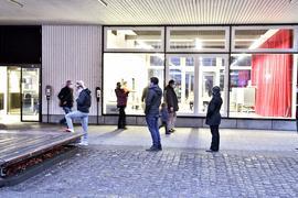 Menschen warten bei der OB-Wahl in Karlsruhe vor dem Wahllokal Goethe-Gymnasium.