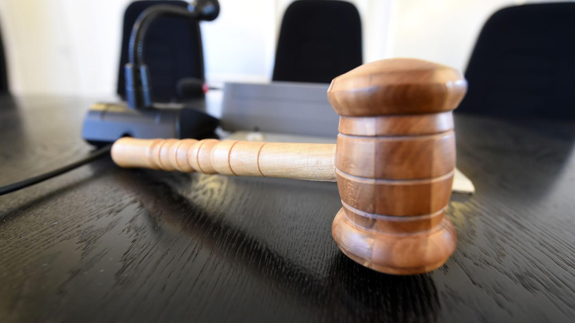 Auf der Richterbank liegt ein Richterhammer aus Holz.