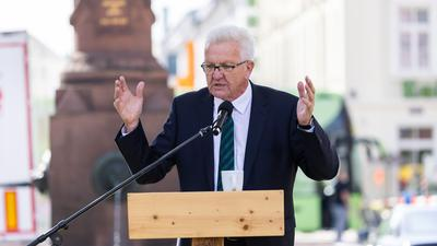 Baden-Württembergs Ministerpräsident Winfried Kretschmann (Grüne) spricht bei einer Wahlkampfveranstaltung in Karlsruhe.