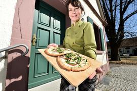 Tanja Finck präsentiert beim Gasthaus Maxau zwei Flammebrote