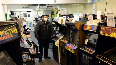 Benedikt Gerstner zwischen den Videospiel-Automaten