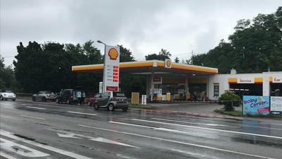 Großeinsatz nach Überfall auf Shell-Tankstelle in Karlsruhe-Neureut – Täter auf der Flucht
