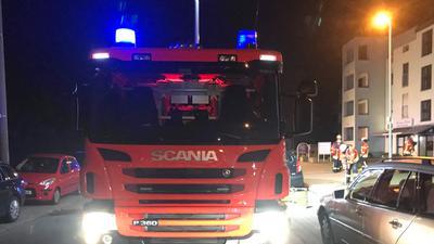 Ein Feuerwehrauto steht in Karlsruhe-Neureut.
