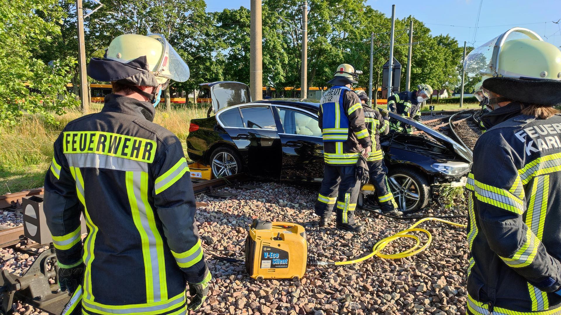 Autounfall in Karlsruhe-Neureut: Auto bleibt auf Straßenbahngleis liegen.