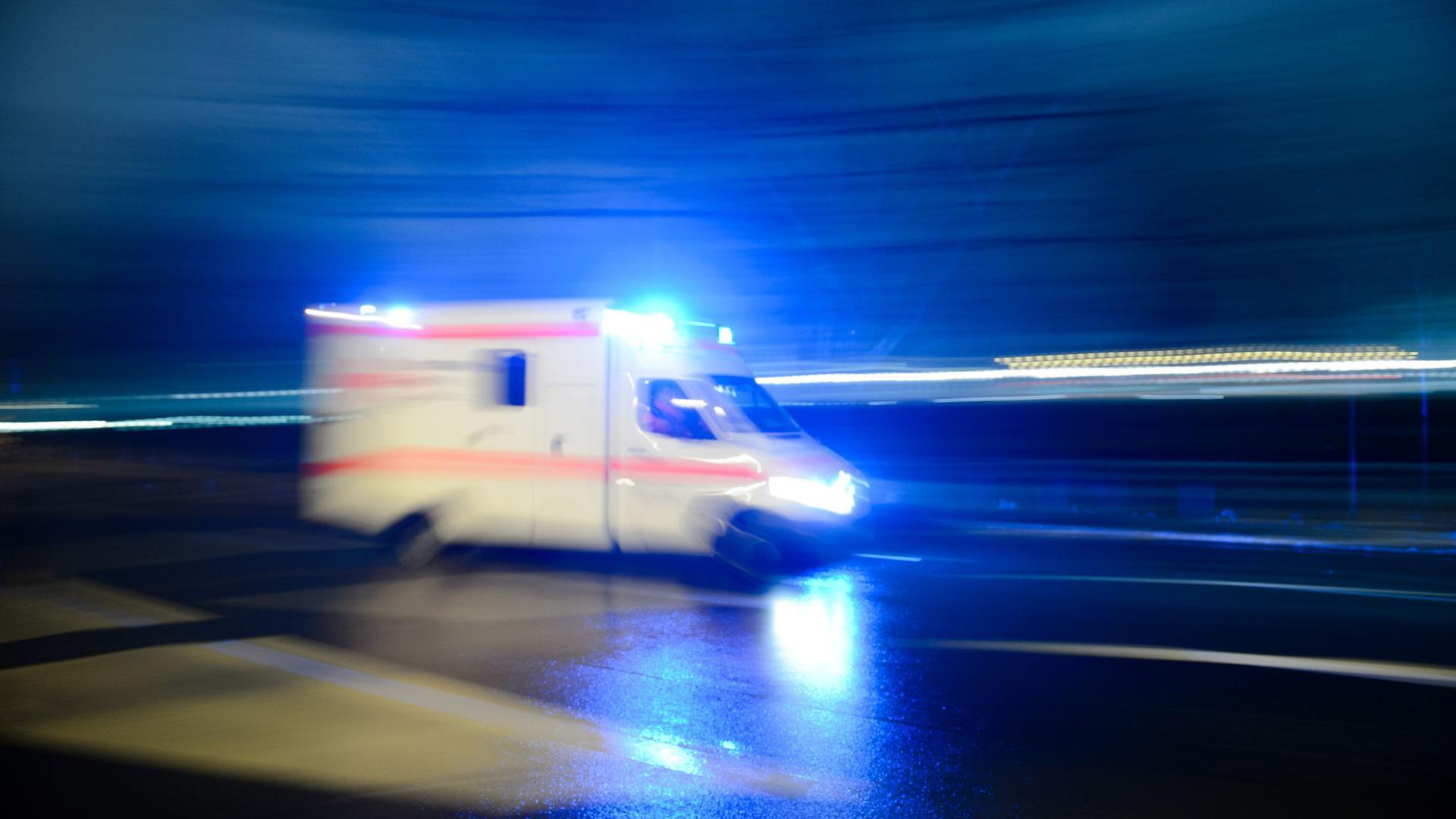 Ein Rettungswagen mit Blaulicht.