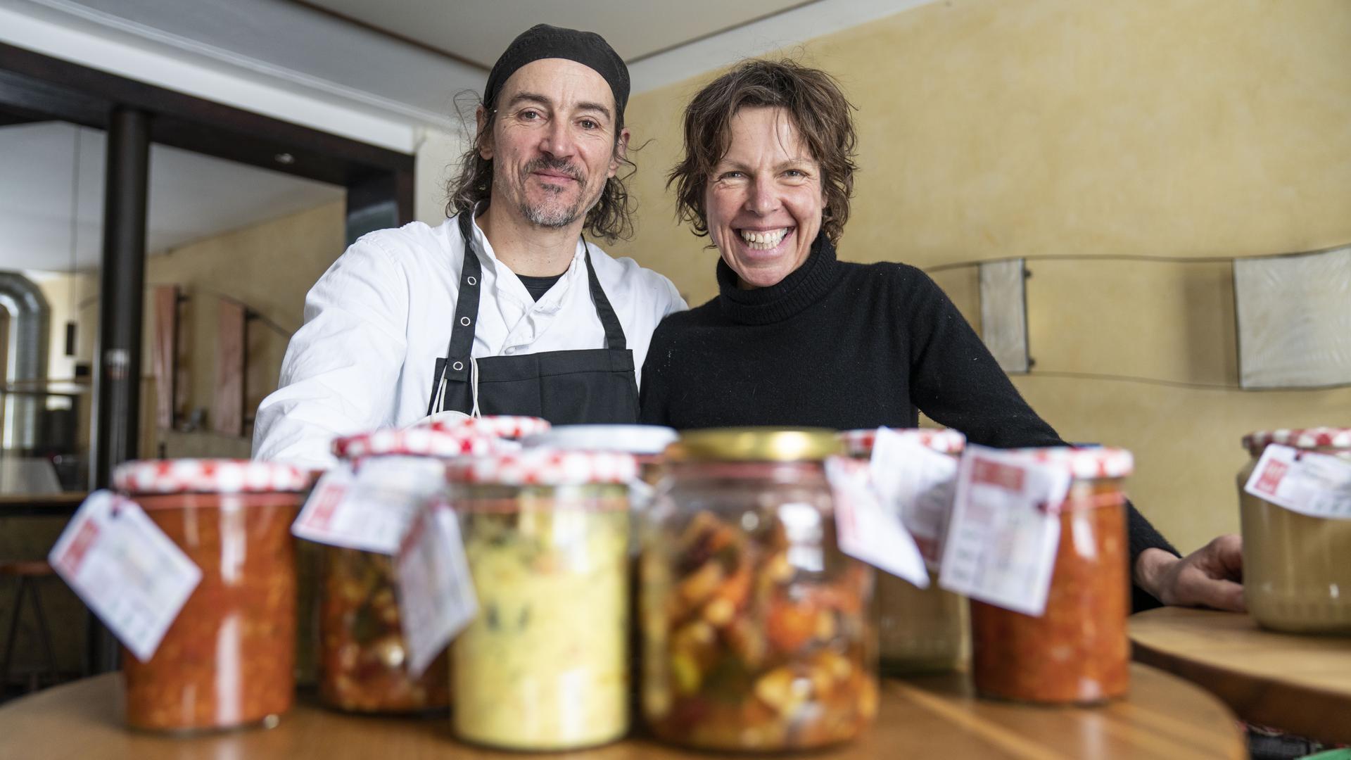 Frank Kemmerling und Ursel Hay vom Restaurant fünf in Karlsruhe stehen hinter Einmachgläsern und lächeln arg sympathisch.