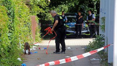 Polizist mit Suchhund