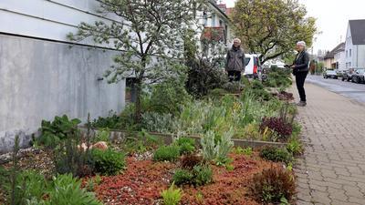 30.04.2021 Horst Keller (links) zeigt seinen grünen Vorgarten im Binsenschlauchweg in der Karlsruher Nordweststadt Edeltraud Götze vom Bürgerverein des Stadtteils.