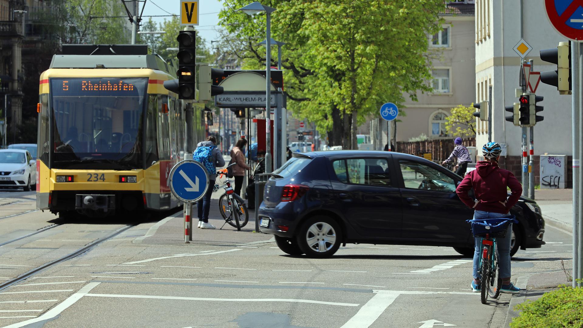 22.04.2021 Fahrrad, Auto, Straßenbahn: Fußgänger begegnen am Karl-Wilhelm-Platz in der Karlsruher Oststadt vielen unterschiedlichen Verkehrsteilnehmern.