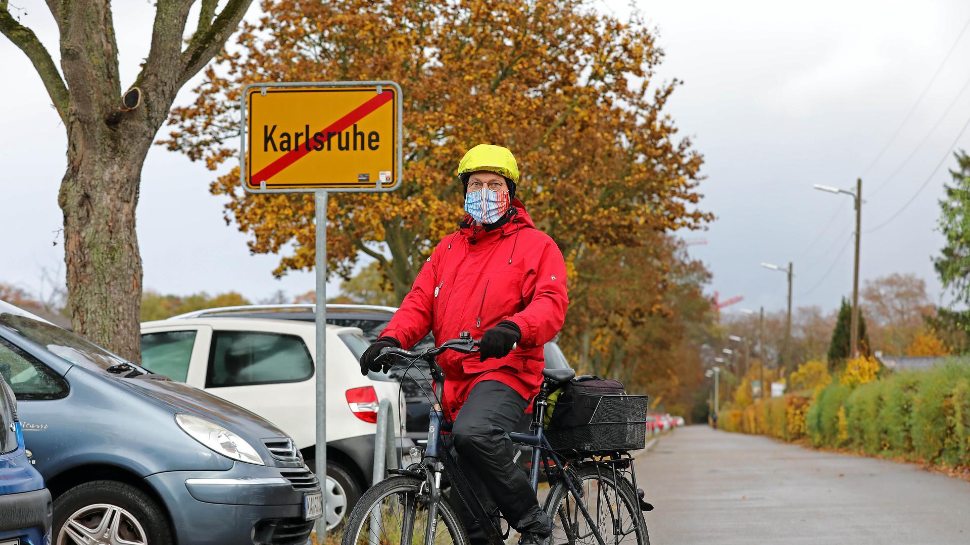 16.11.2020 Radfahrer Klaus Mayer am Stadtausgangsschild in der Hagsfelder Allee