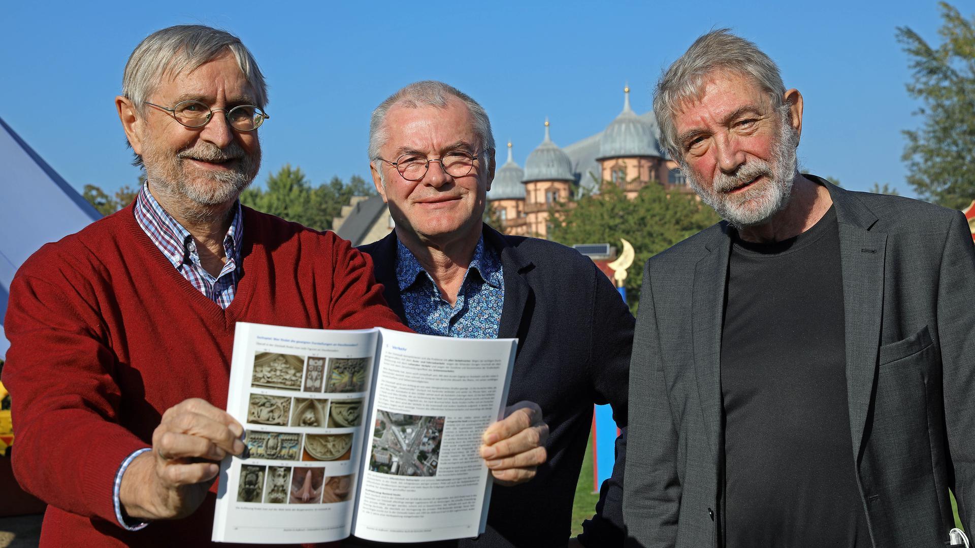 Der Bürgerverein Oststadt gibt zum 125-jährigen Bestehen einen Erlebnisführer durch das Stadtviertel heraus. Daran gearbeitet haben besonders Josef Frank und Jakob Karst sowie der Vereinsvorsitzende Jürgen Scherle (von links).