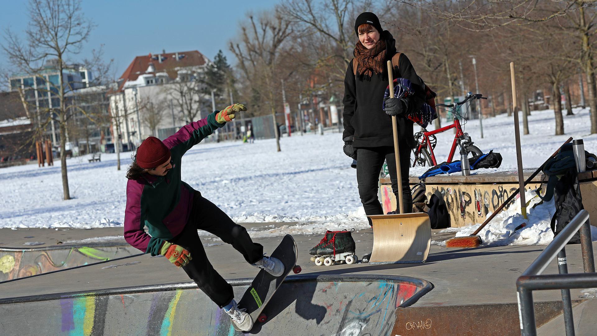 13.02.2021 Skaterplatz im Otto-Dullenkopf-Park, Stephanie von Thun mit Rollschuhen und Mehmet Kurkmaz auf dem Skateboard.