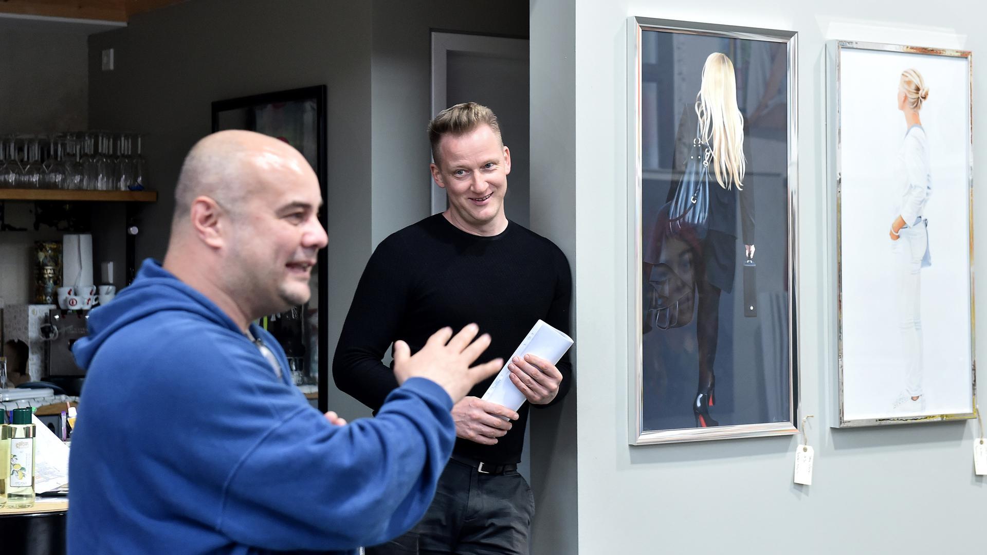 zu Besuch in der Kunstgalerie art 42 mit Atilla Kirbas und Messemacher Raiko Schwalbe