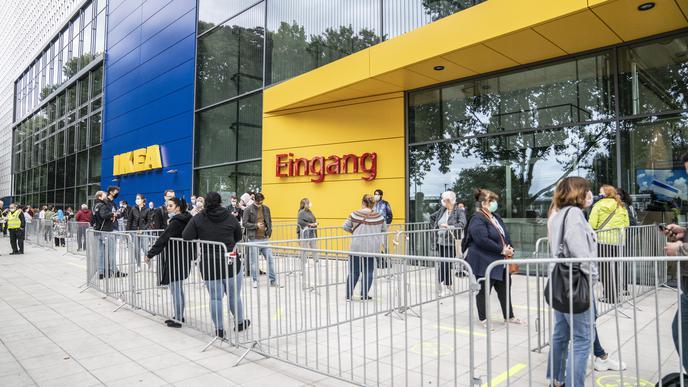 Viele Menschen kamen zur Eröffnung des IKEA Karlsruhe.