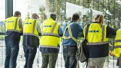 IKEA-Mitarbeiter betrachten die Besucherströme im Eingangsbereich.