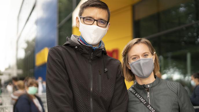 Dieses Paar war schon auf der halben Welt bei IKEA. Sie sind extra früh angereist, um die ersten in der Schlange vor dem Einrichtungshaus zu sein.