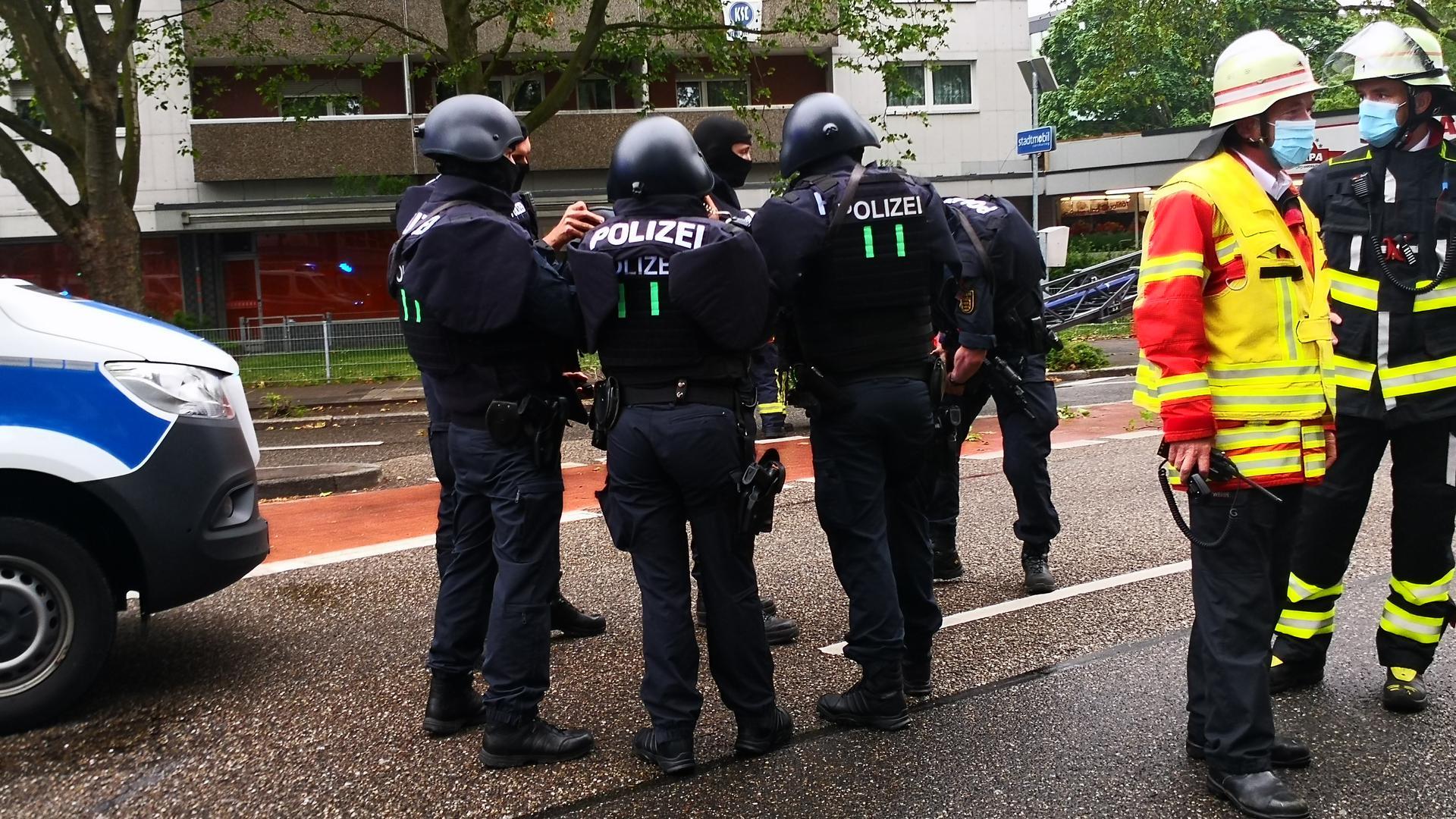 Gerüstete Polizisten vor dem Hochhaus am Gottesauer Platz in Karlsruhe.