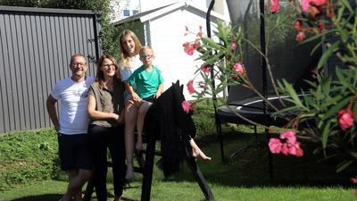 20.08.2020 Familie Zerbe: Susanne und Clemens Zerbe, ihre Tochter Johanna und der Sohn Maximilian (Trisomie 21) im Garten ihres Hauses in Karlsruhe-Palmbach