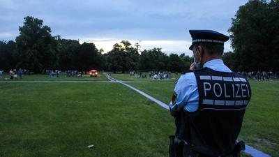 In der Nacht zum Sonntag räumte die Polizei erneut den Schlossgarten in Karlsruhe.