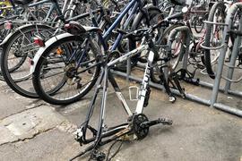 Armseliges Rahmen-Häufchen: Von diesem Fahrrad ist nicht mehr viel geblieben, der letzte Rest immerhin ist noch angekettet.