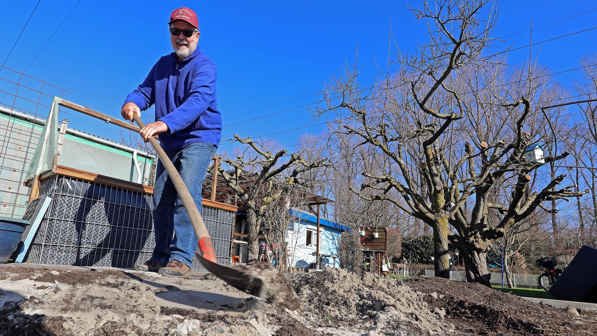 Bill Moore gräbt in seinem Garten.