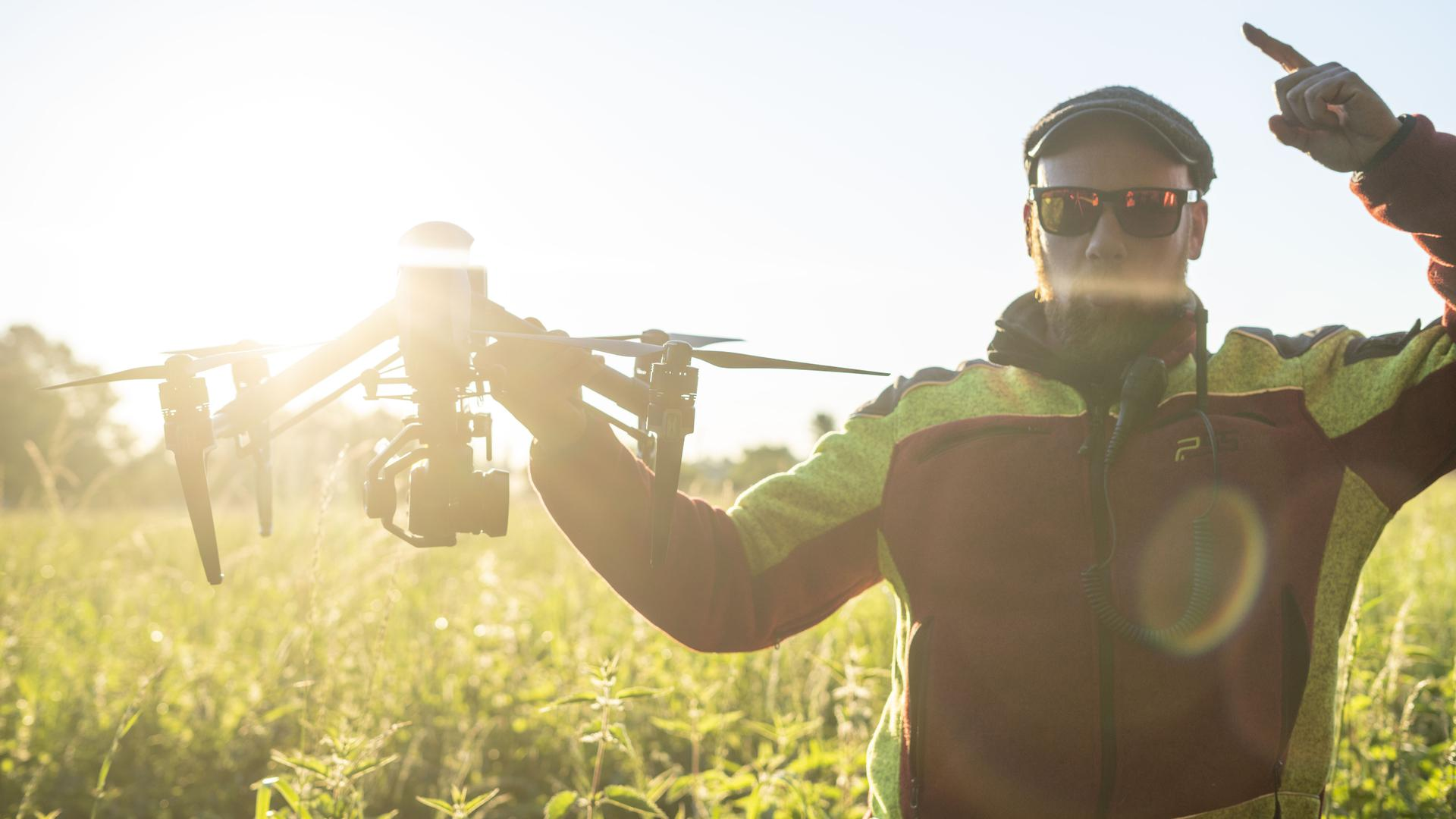 Mann hält eine Drohne