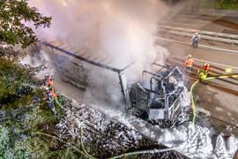 Ausgebrannt: Ein Sattelzug aus Tschechien, der mit Holz beladen war. Der Unfall auf der A5 bei Karlsruhe-Rüppurr hatte massive Auswirkungen auf den Verkehr.