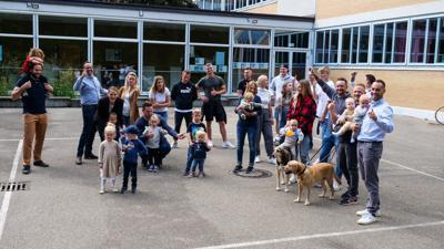 """Zwei Dutzend """"Rieberger Jungs"""", darunter Tobias Müller (hockend in der Mitte) und Felix Meier (ganz rechts), halten seit der Schulzeit zusammen und feiern jeden Familienzuwachs. Derzeit haben sie dazu mehrmals pro Jahr Anlass."""