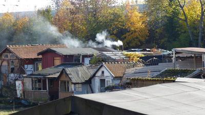Rauch aus dem Kamin einer Hütte in der ehemaligen Kleingarten-Anlage südlich der Stuttgarter Straße.