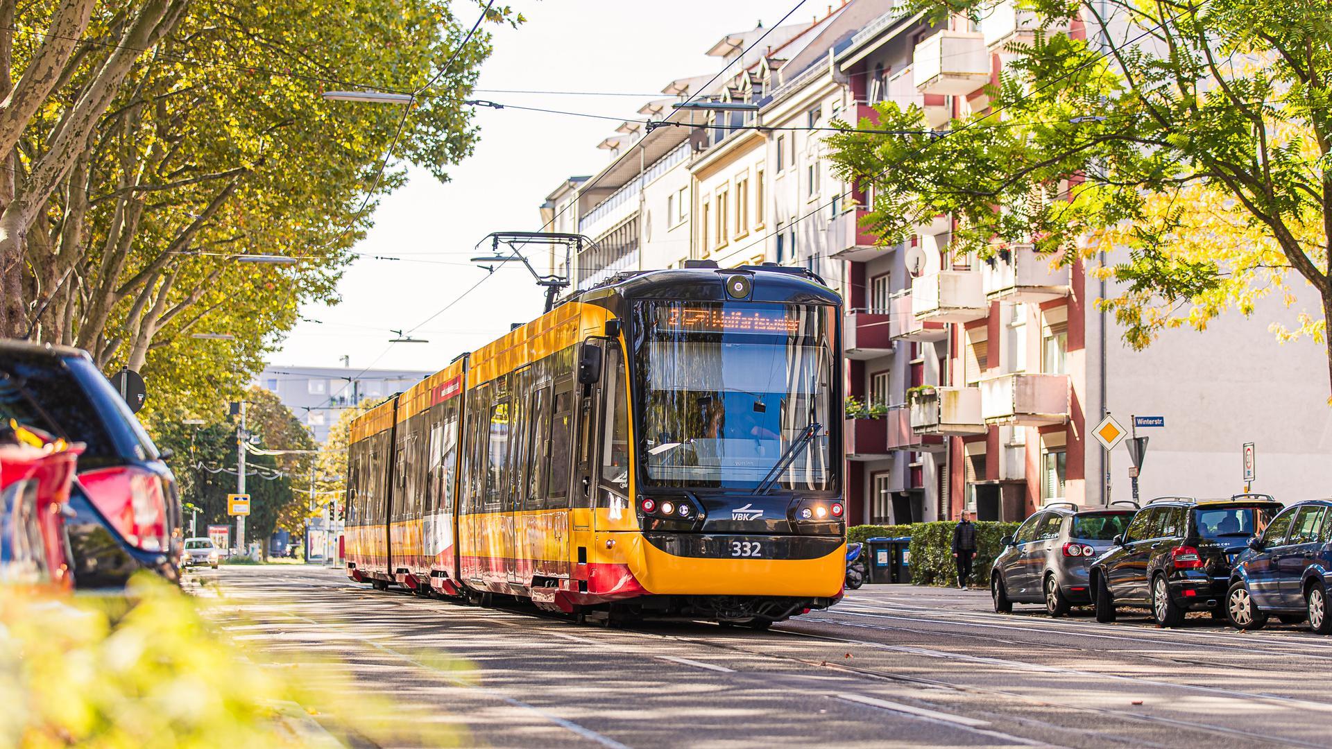 Eine Stadtbahn fährt durch die Karlsruher Südstadt.