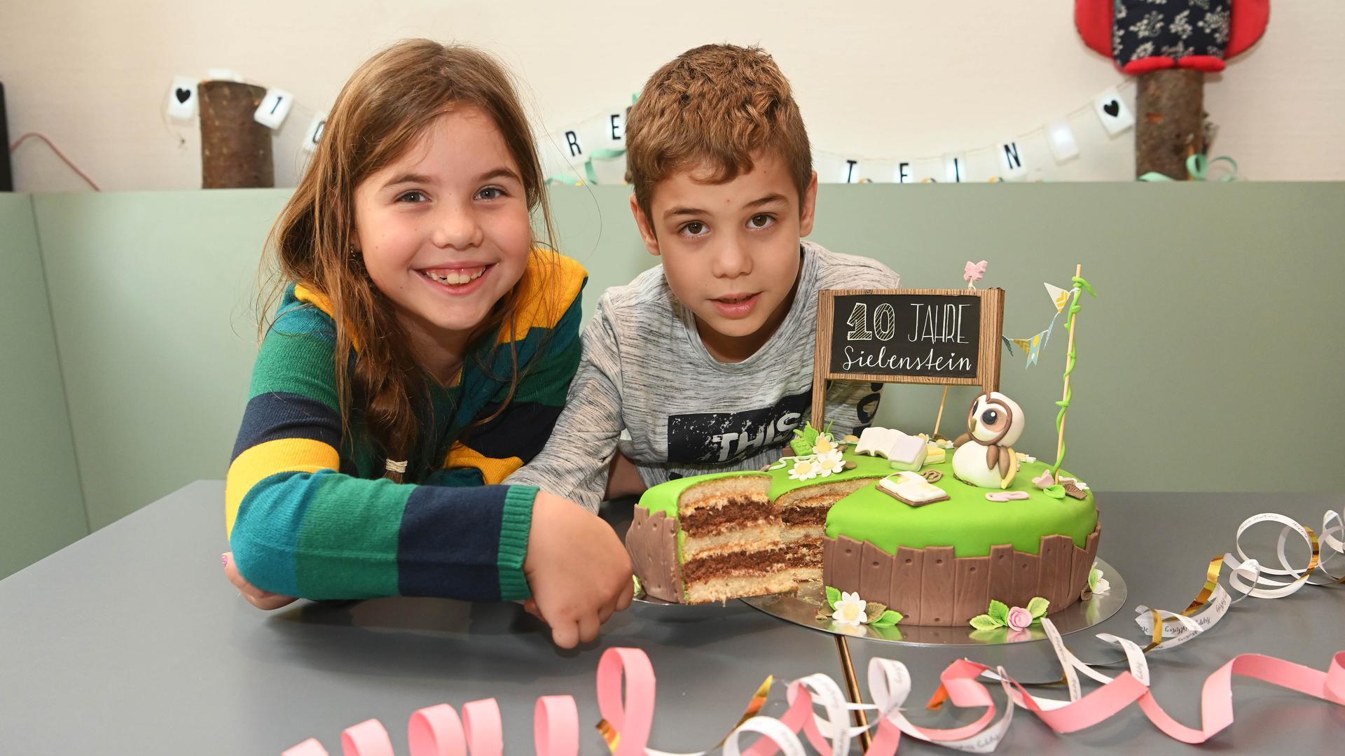 5.10.2020 - 10 Jahre Kinderprojekt Siebenstein in der Nehemia-Initiative Karlsruhe. Coronagerecht schneidet ein Geschwisterpaar die Torte an in den Räumen des Kinder- und Jugendprojekts in der Werderstraße in der Südstadt.