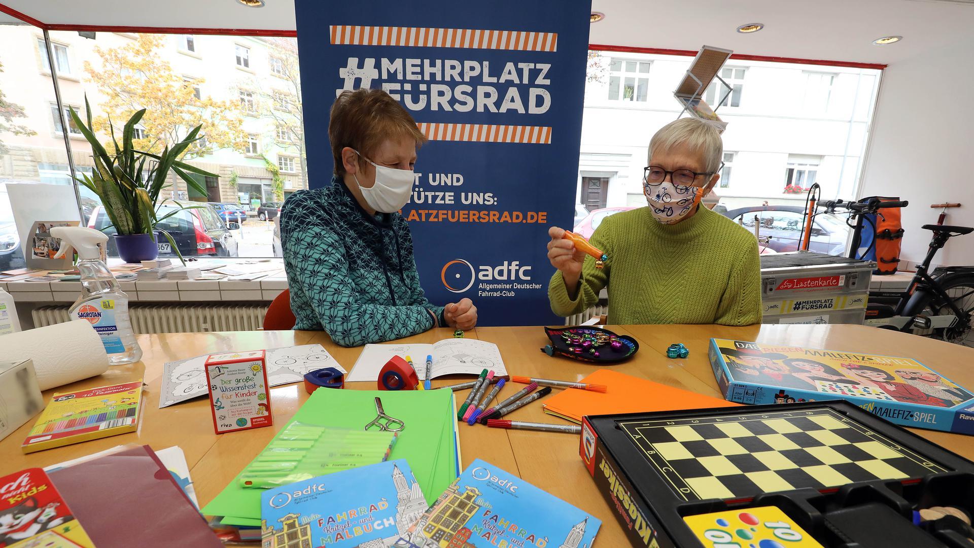 27.10.2020 Beim ADFC-Kreisverband Karlsruhe starten Ulrike Glauner (links) und Renate Finkbeiner-Weigel eine Kindergruppe in der Geschäftsstelle des ADFC in der Welfenstraße 13.