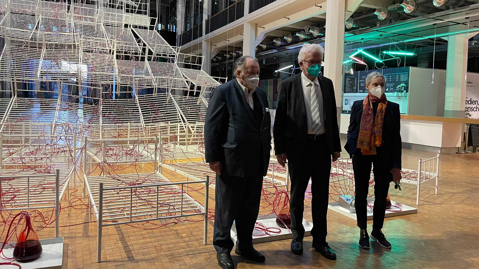 ZKM-Leiter Peter Weibel (links), Christiane Riedel und Ministerpräsident Winfried Kretschmann im ZKM in Karlsruhe.